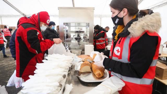 Djelatnici tvrtke Pleter gradjanima hranu dijele na novoj lokaciji u Petrinji