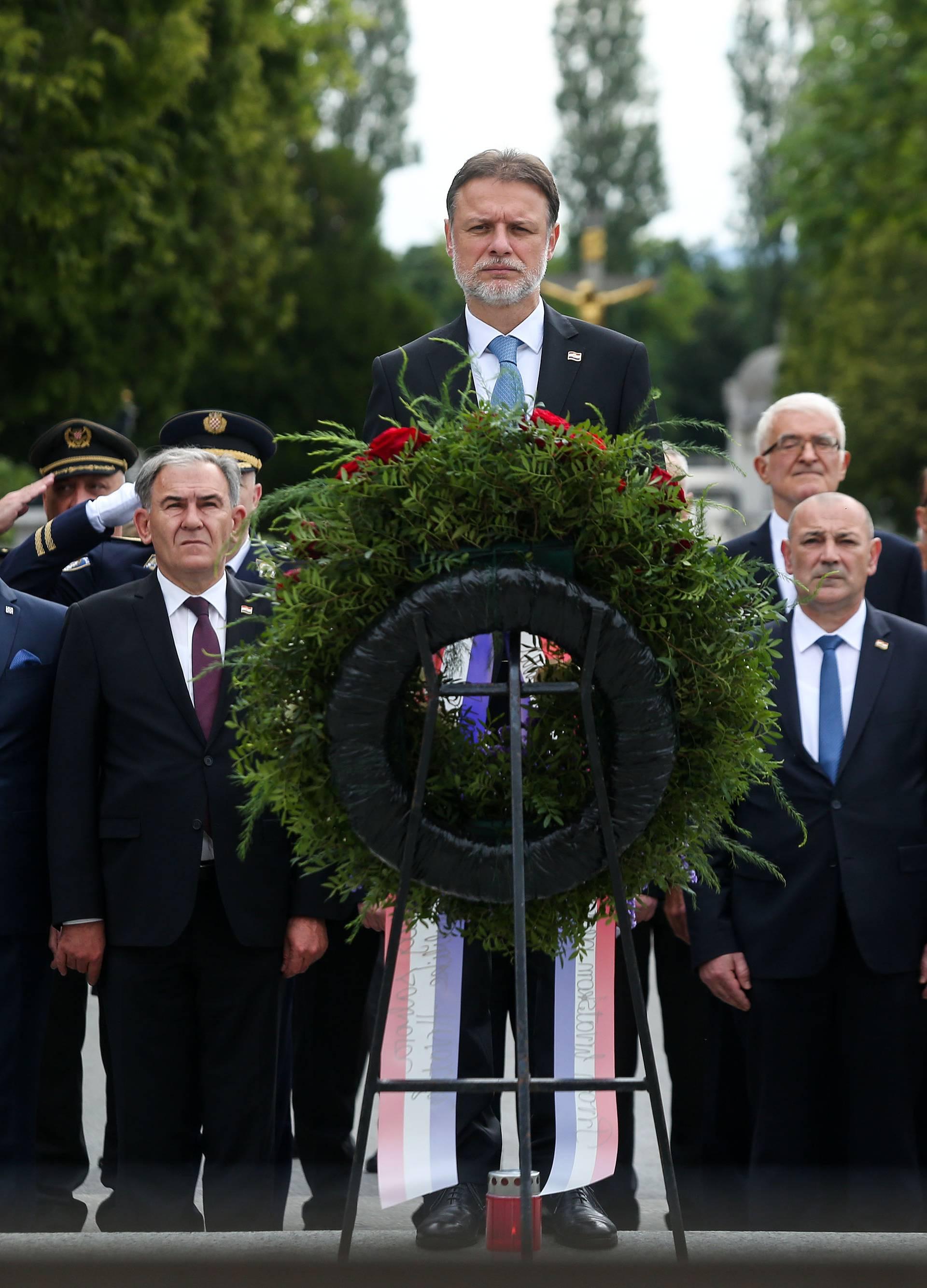 Zagreb: Na Dan državnosti državni vrh položio vijence na groblju Mirogoj