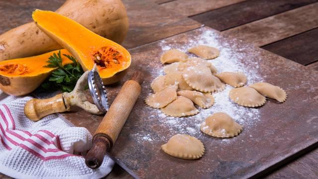 Pripremite raviole od muškatne tikve sa maslacem od kadulje
