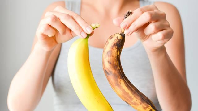 Spriječite truljenje: Vrh banane omotajte folijom, luk čarapama