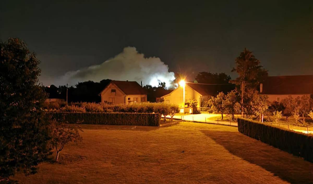Izgorjela učionica, hodnik i dio krova škole u Strmcu: 26 vatrogasaca borilo se s vatrom