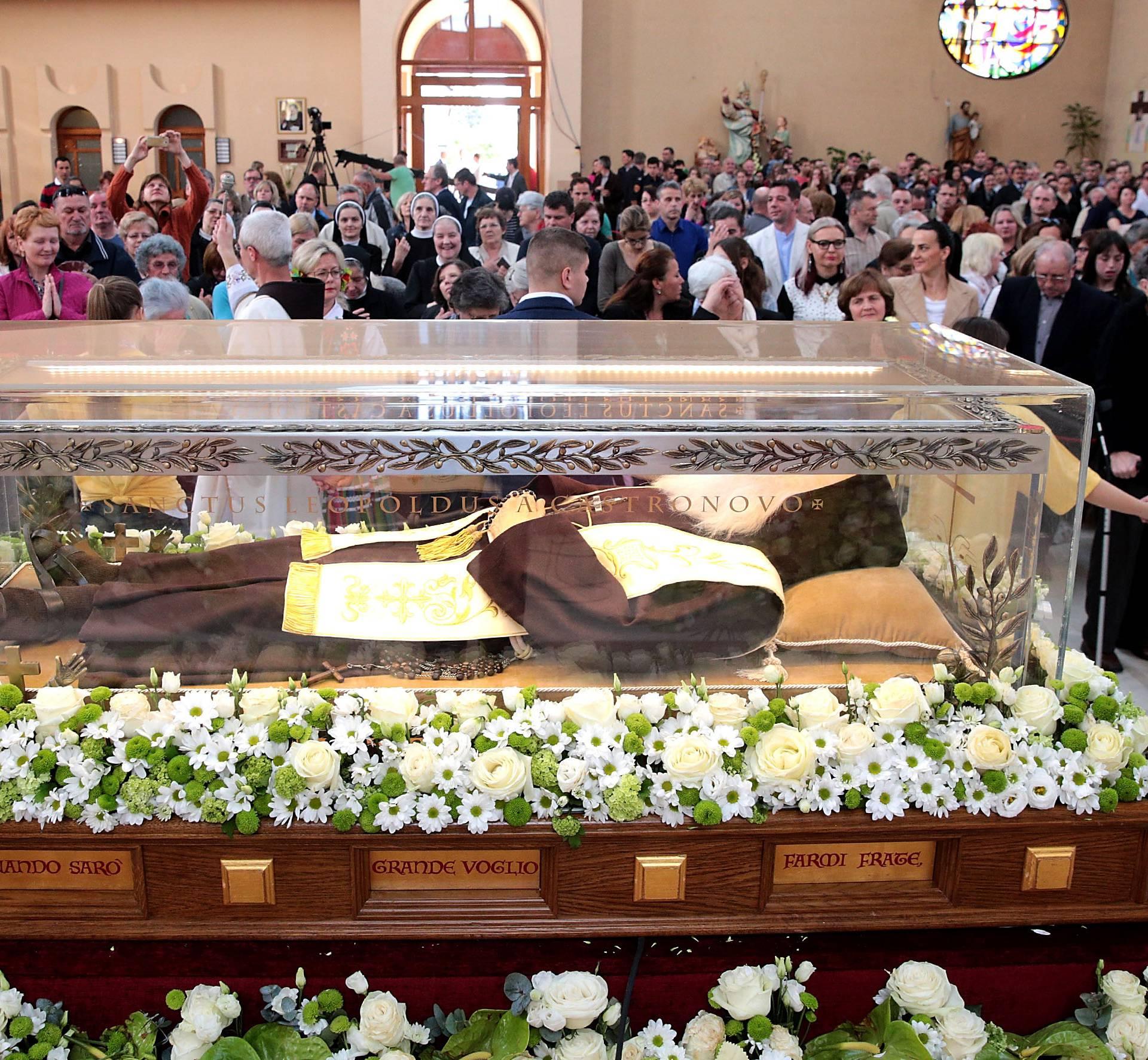 Tisuce vjernika uz tijelo svtog Lopolda