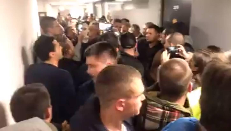 Policija iznijela prosvjednike, ogradom htjeli blokirati izlaz