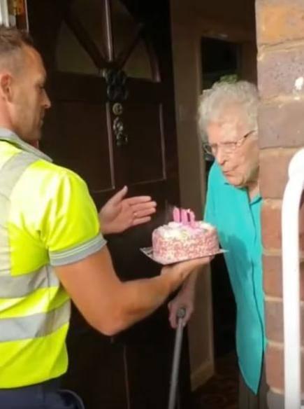 Svi plaču: Čistači ulice tortom ganuli baku za 100. rođendan