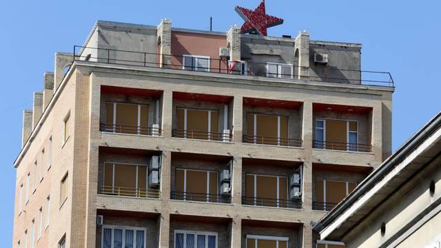 Rijeka: Umjetnik Nemanja Cvijanović postavio zvijezdu petokraku na riječki neboder
