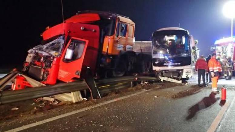 Krši i lom u Sloveniji: Hrvatski bus sudario se s dva kamiona