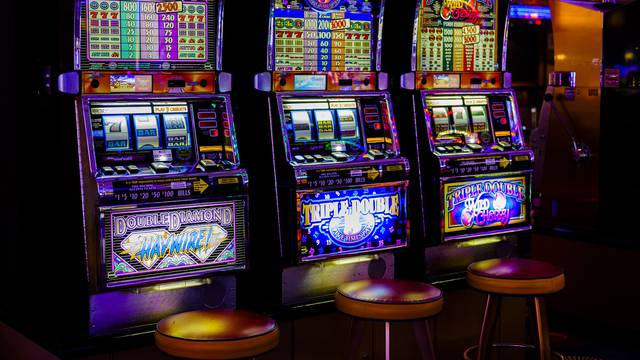 Gubio novac pa se 'obračunao' s automatom za igre na sreću