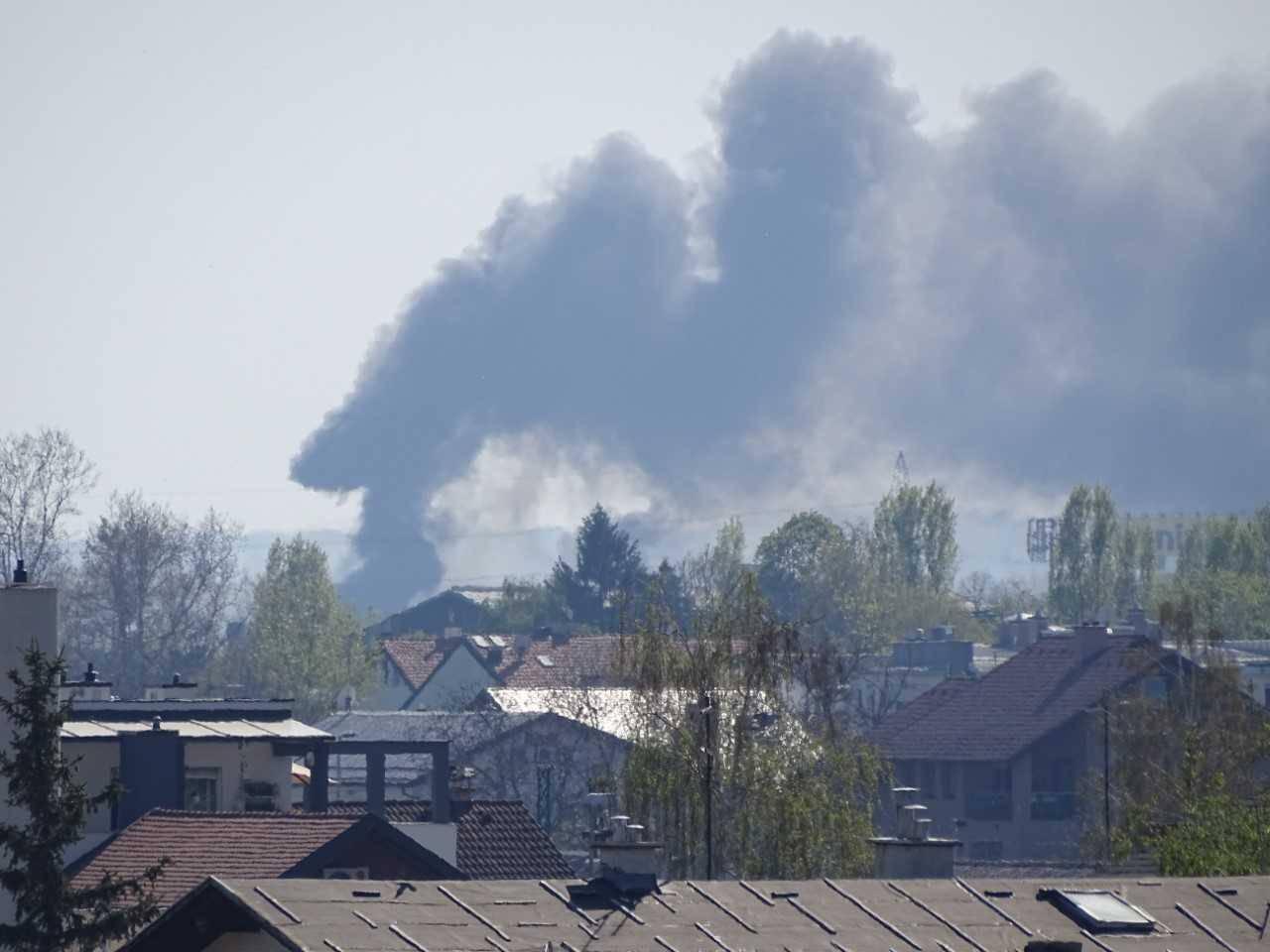 Kod Jankomirskog mosta gori smeće i trava, vatrogasci gase