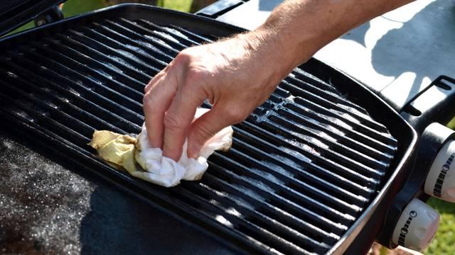 Plinski roštilj možete očistiti octom, vodom, četkom i parom