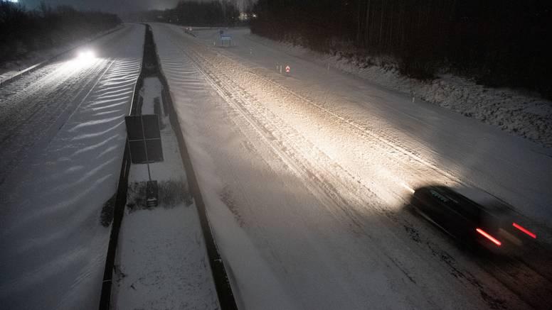 U Njemačkoj je toliko snijega da su zaustavili željeznički promet