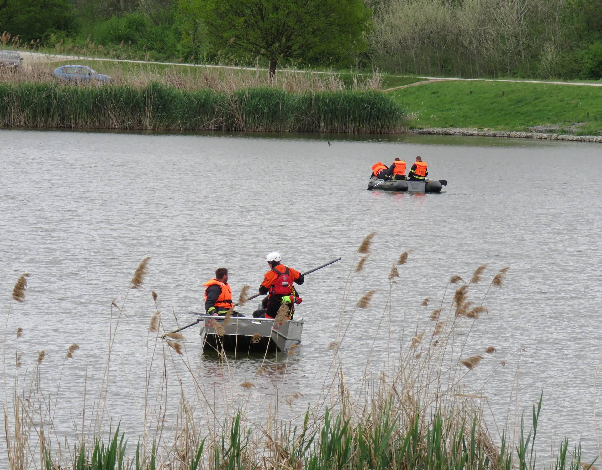 Skočio u jezero, zaplivao i više se nije pojavio: Traži ga i HGSS