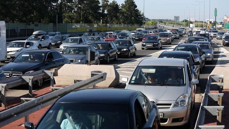 Brojne nesreće na cestama: Danas pojačan promet u cijeloj zemlji, očekujte kolone i zastoje