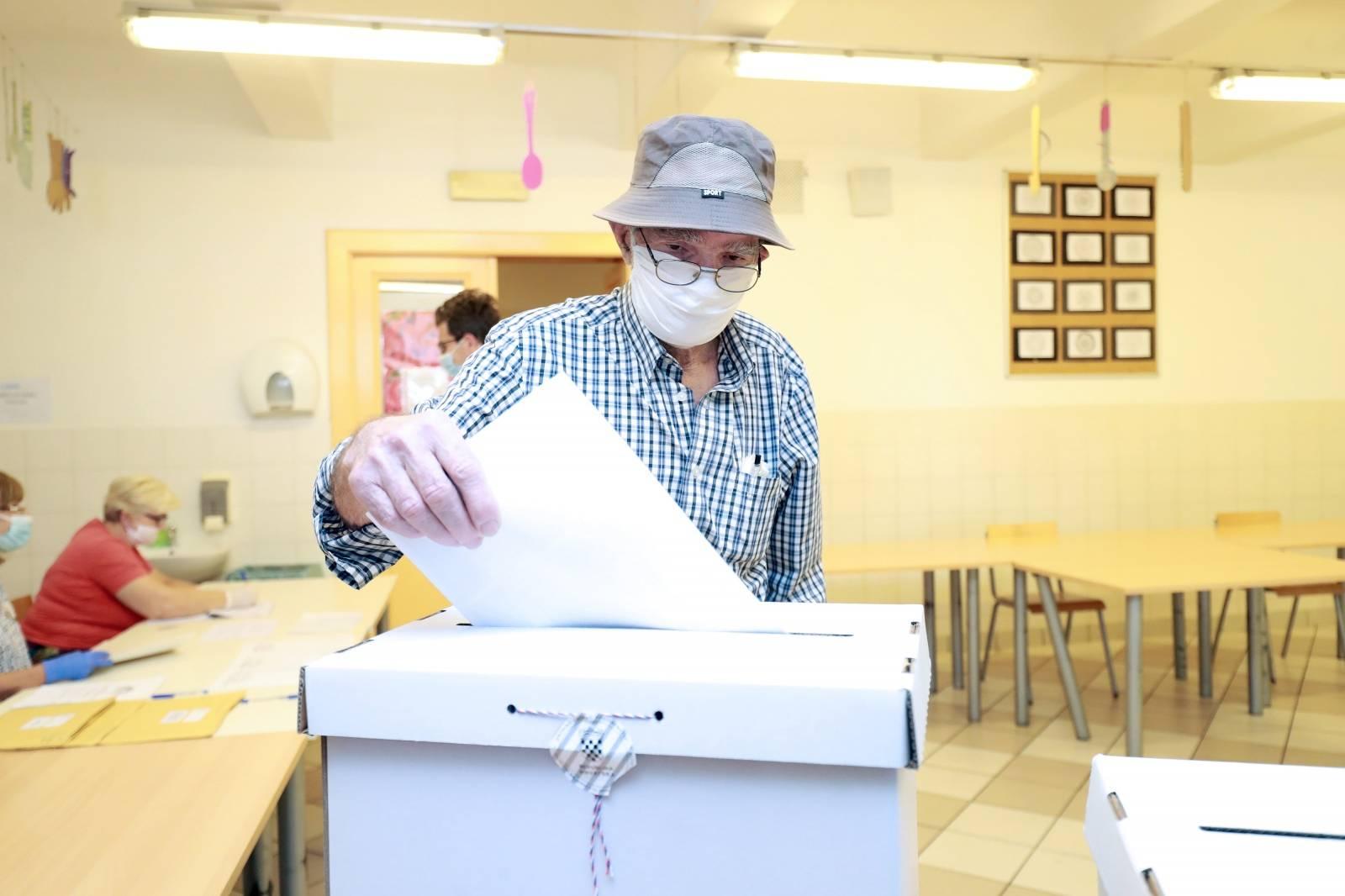 Zagreb: Veliki broj glasača na glasovanju u OŠ kralja Tomislava
