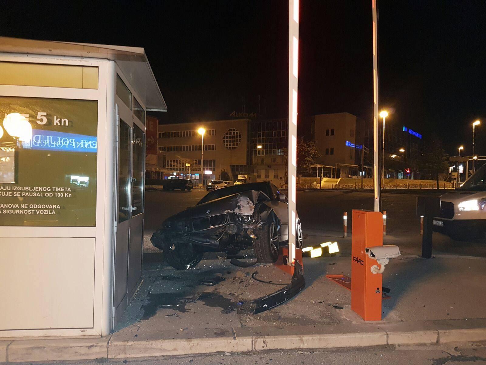 Bio je pripit: Mladić BMW-om kod Poljuda srušio novu rampu