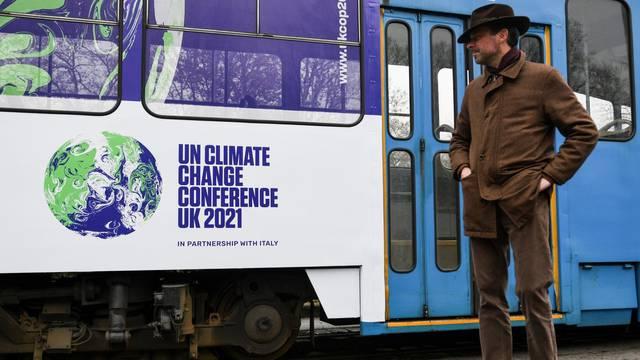 Veleposlnik iz Britanije pustio u promet tramvaj brendiran oznakom COP26