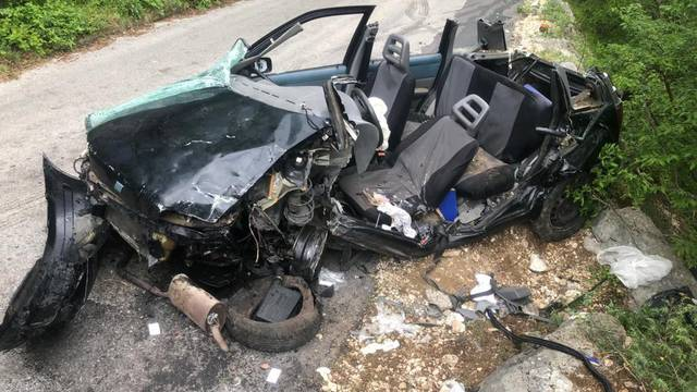 Drama kod Omiša: Bio na rubu provalije, nije mogao iz auta...