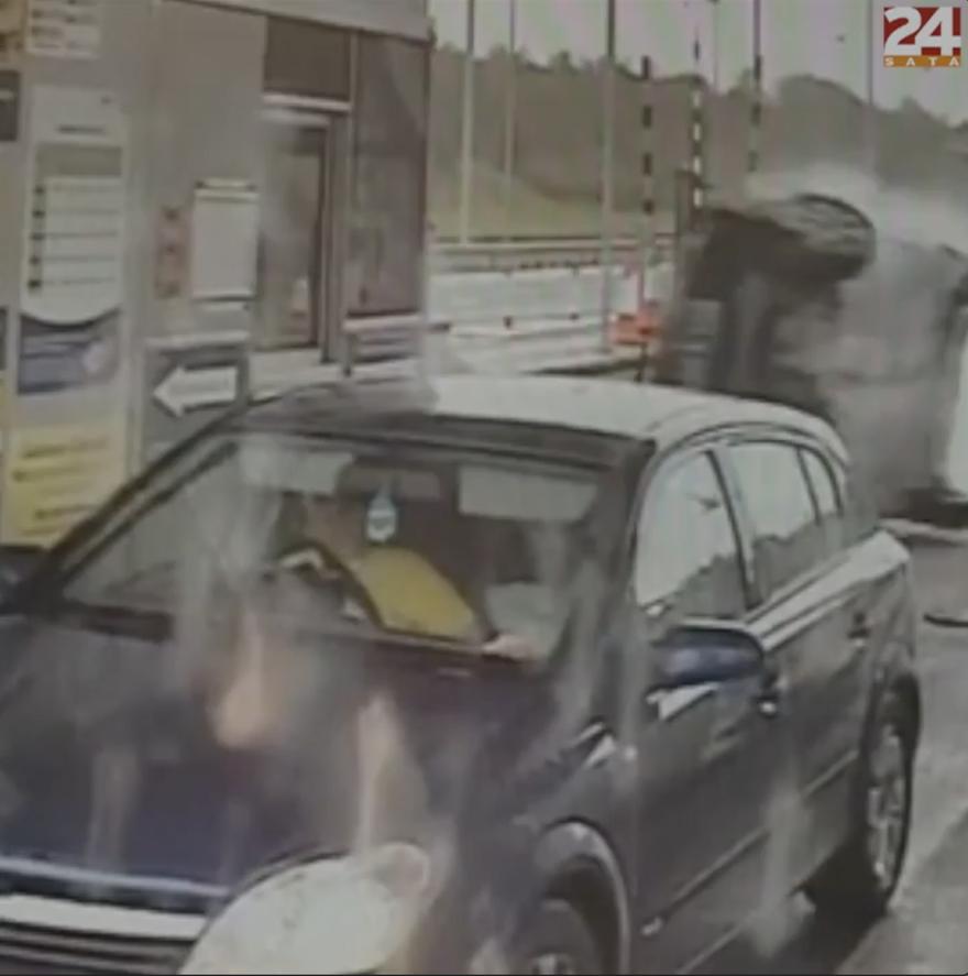 Nadrogirani Britanac prevrnuo auto: 'Tri osobe su za dlaku izvukle živu glavu'