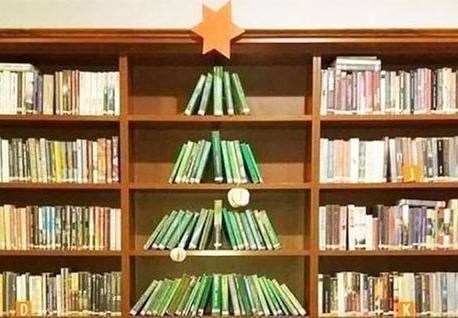 Ne treba vam drvce - napravite ga od starih knjiga i lampica