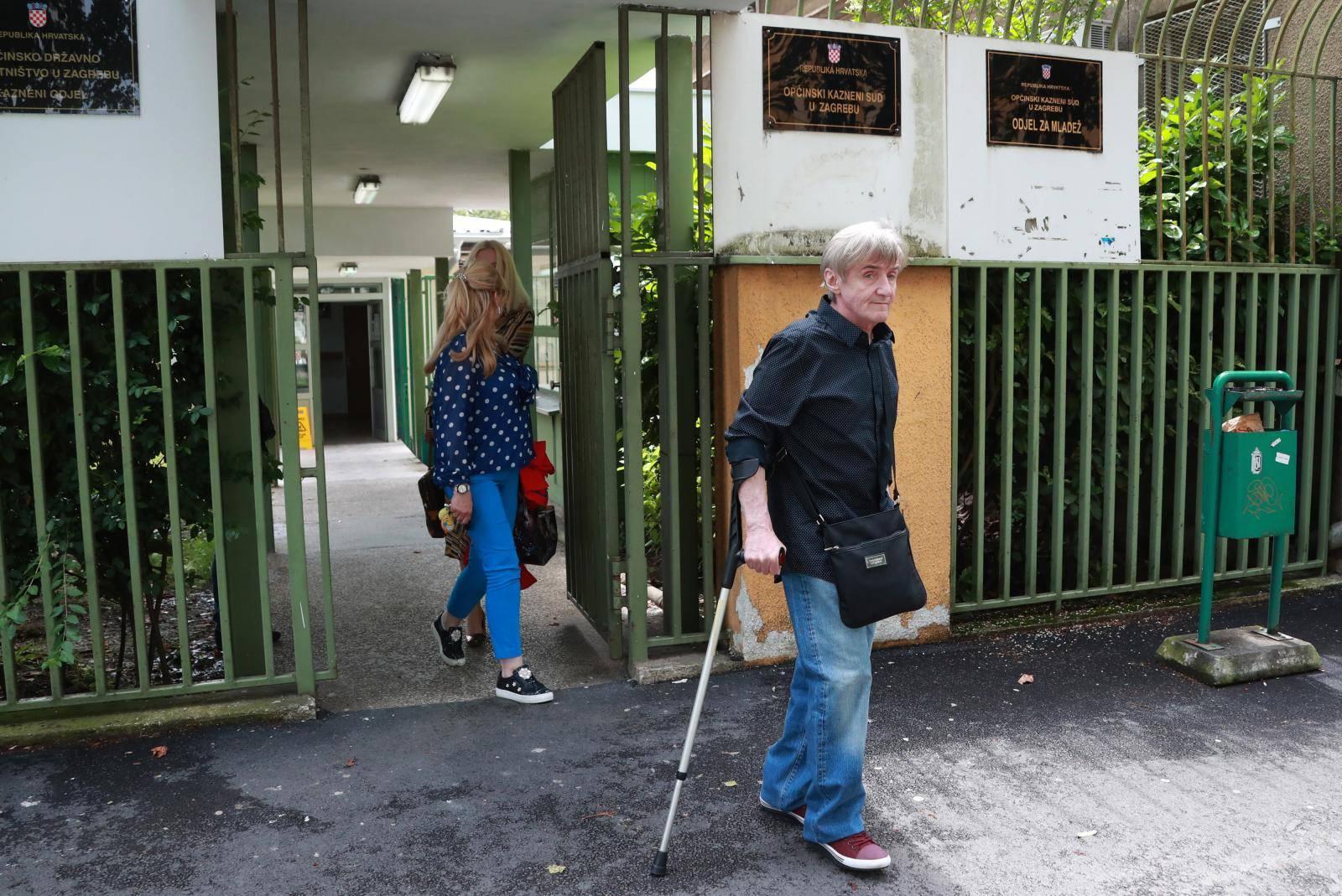 Zagreb: Dobro raspoloženi Rajko Dujmić s obitelji izlazi iz zgrade suda