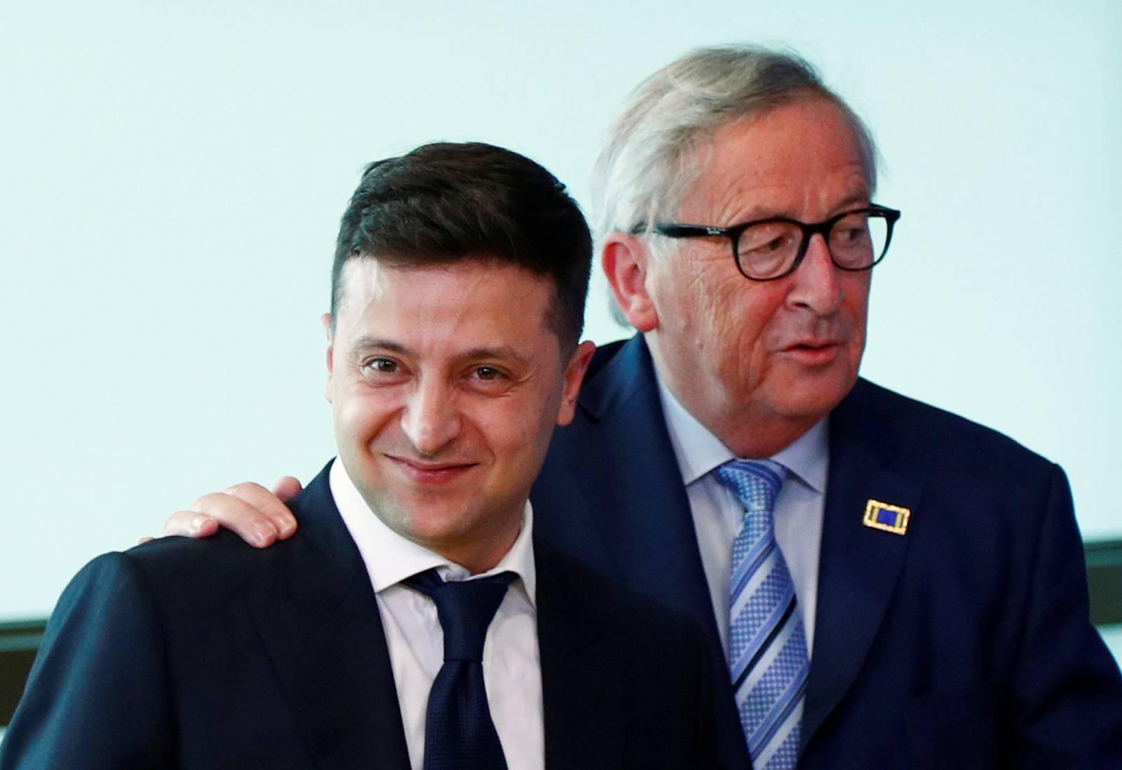 UkrainianÊPresidentÊVolodymyr Zelenskiy poses with EU Commission President Juncker in Brussels