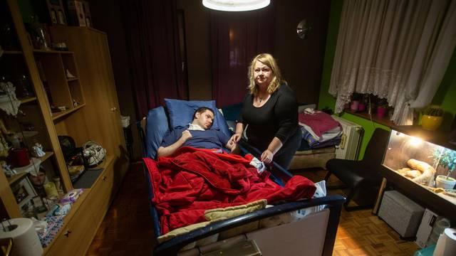 'Sin mi je nakon nesreće jedva ostao živ. Bolnica ga je odbila, za njih je on pretežak pacijent'