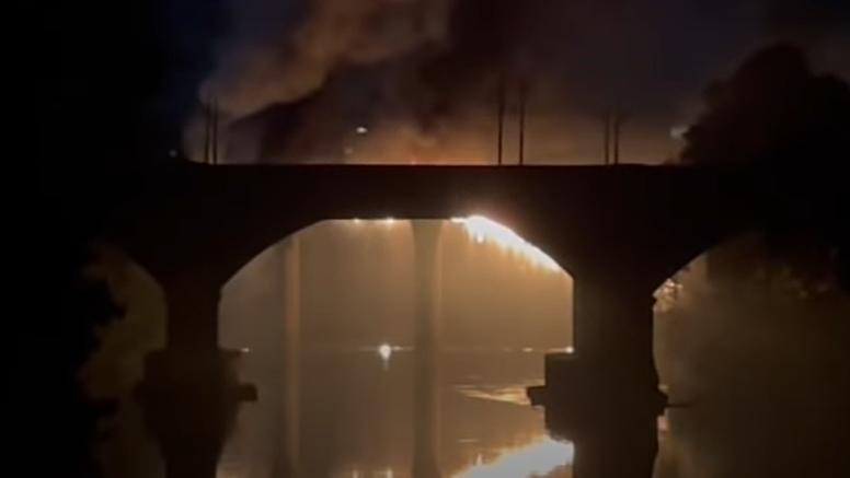 Rim: Požar izbio na  'Željeznom mostu' iz 19. stoljeća. Dijelovi su se urušavali u rijeku Tiber