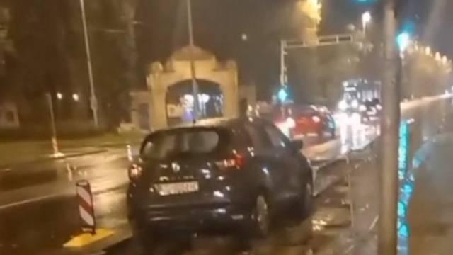 VIDEO Autom ravno na tračnice