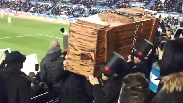 Navijači unijeli lijes na stadion! 'Ljudi, nogomet nam je umro...'