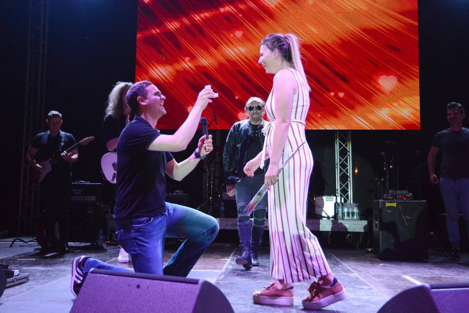 Križevci: Zaprosio djevojku na koncertu Željka Bebeka