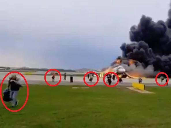Kakav idiot! Tko je sjedio iza njega u avionu, taj je poginuo...