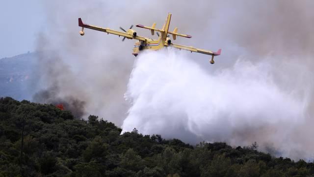 Udari juga vatrogascima otežavaju gašenje požara kod Trilja: Pomažu i dva kanadera