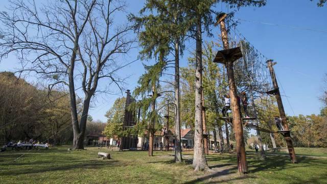 Djevojka (23) je bila na team buildingu u adrenalinskom parku i pala sa 7 metara visine
