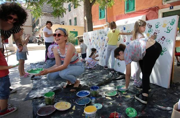 Šibenik: Djeca svojim ručicama oslikavaju festivalska vrata za 60. Međunarodni dječji festival