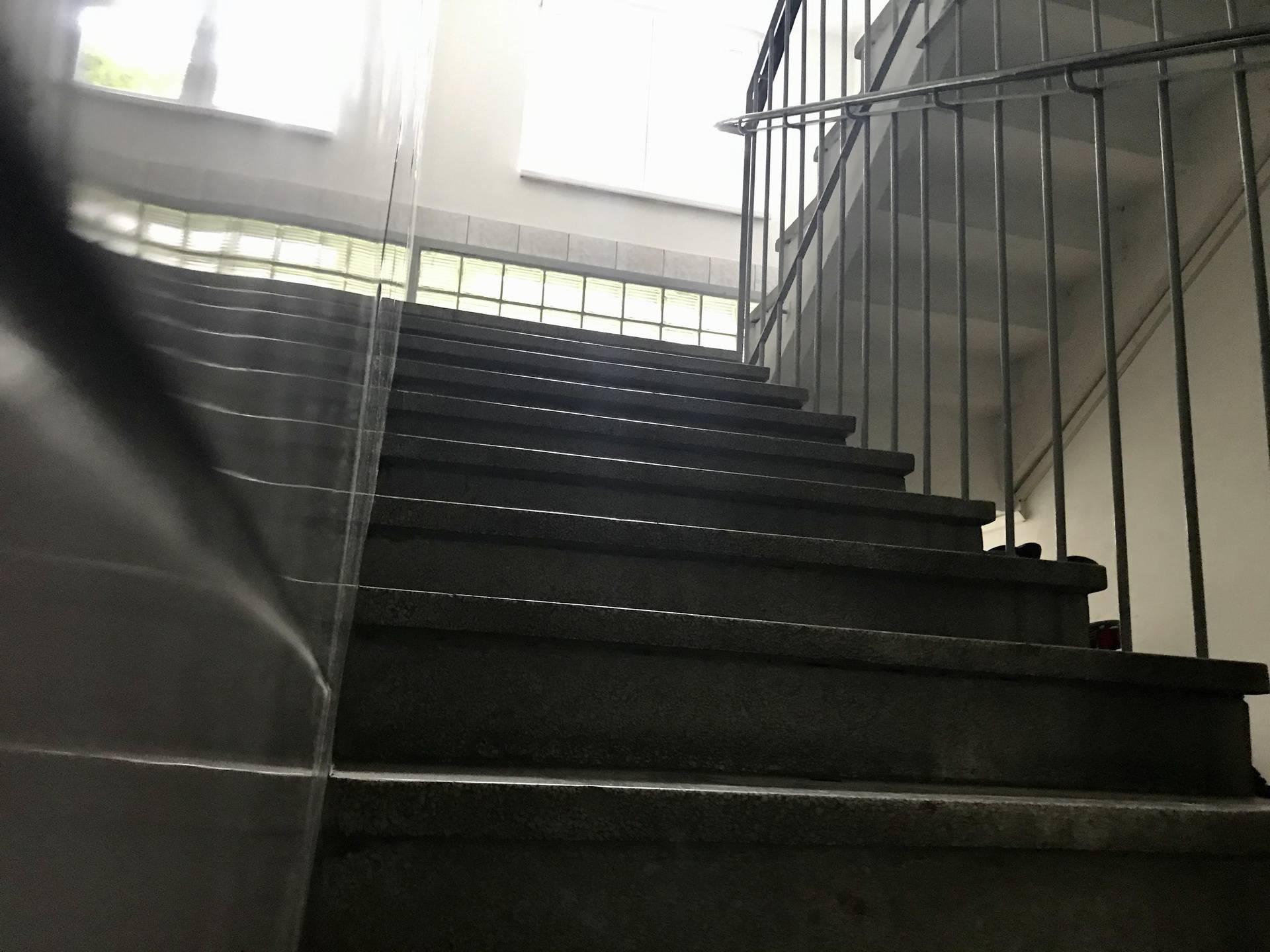 Svaku večer mi netko stenje na stepenicama. Što se događa?
