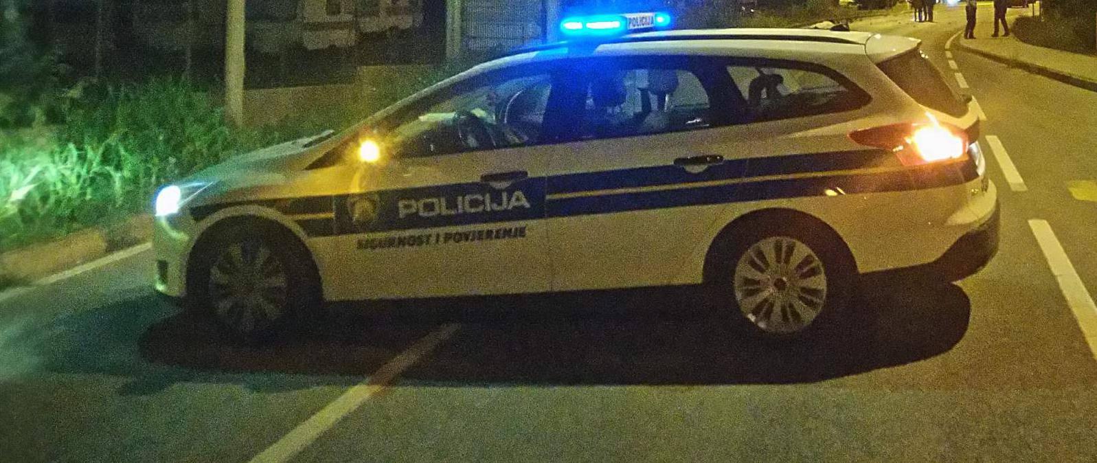 Pijan na motoru pretjecao auto, vozač i djevojka zabili se u stup