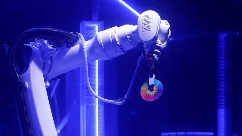 Robota umorio rad u tvornici, pronašao je sreću u diskoteci
