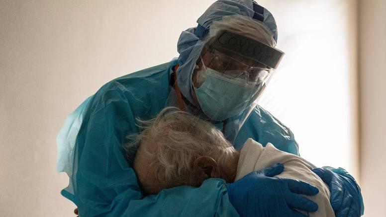 Fotografija zagrljaja liječnika i Covid pacijenta obišla svijet