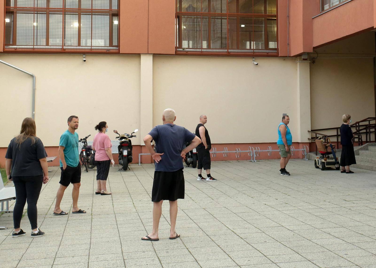 Osijek: Građani izašli na birališta koja su otvorena od 7 sati
