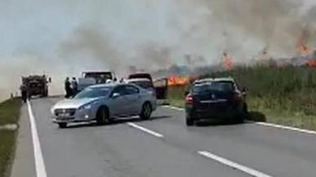 Gori polje pšenice uz cestu, auti se okretali u panici i bježali...