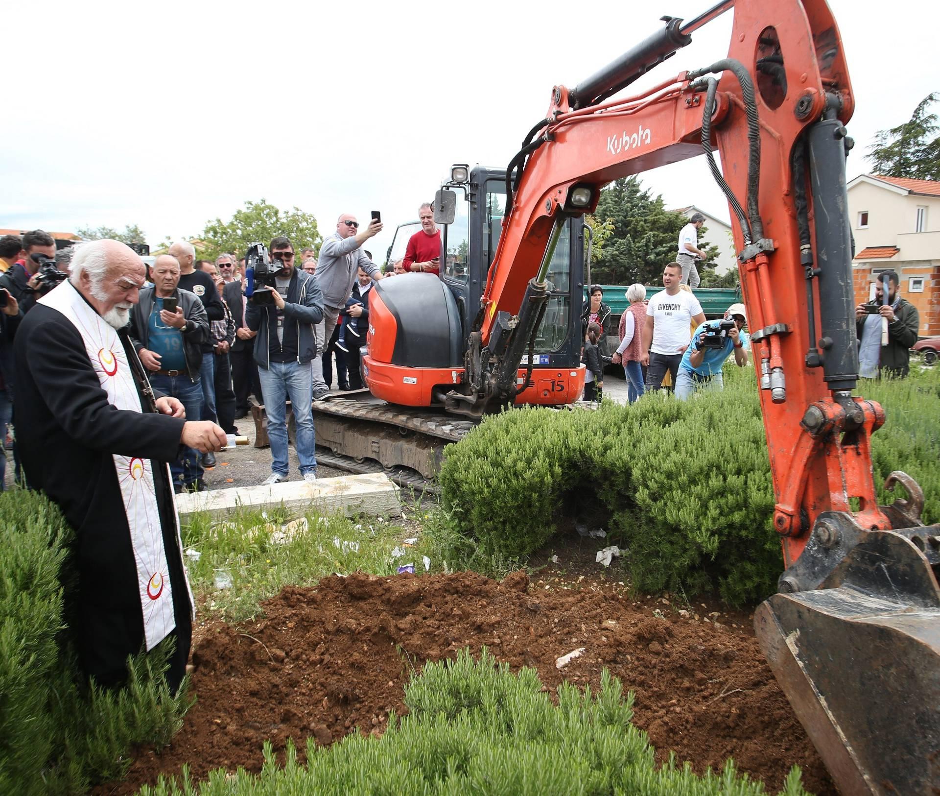 Imotski: Don Ivan Turi? položio kamen temeljac   za budu?i spomenik Mercedesu