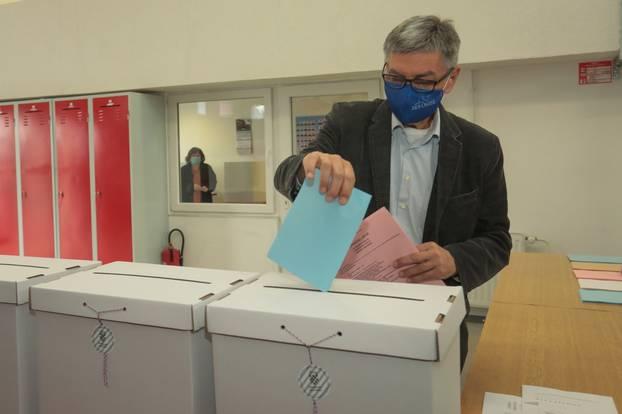 Kandidat za gradonačelnika Osijeka Vladimir Šišljagić glasovao je na lokalnim izborima