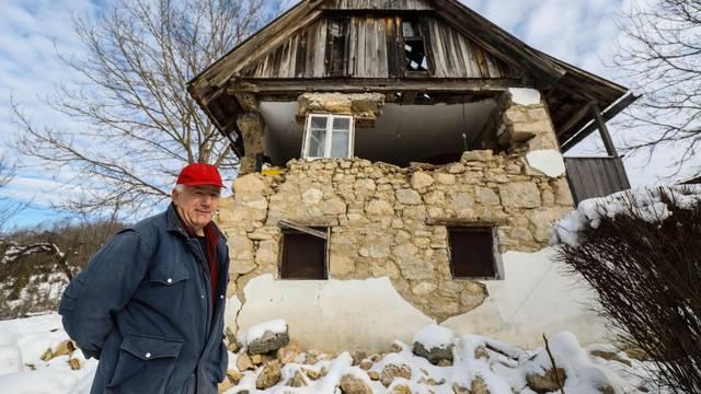 Draganu (68)  iz Buzeta kraj Gline kuću doslovno drži prozor: 'Ako on pukne, ode i moj dom...'