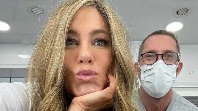 Jennifer Aniston ima novu boju kose i svi je naravno, obožavaju