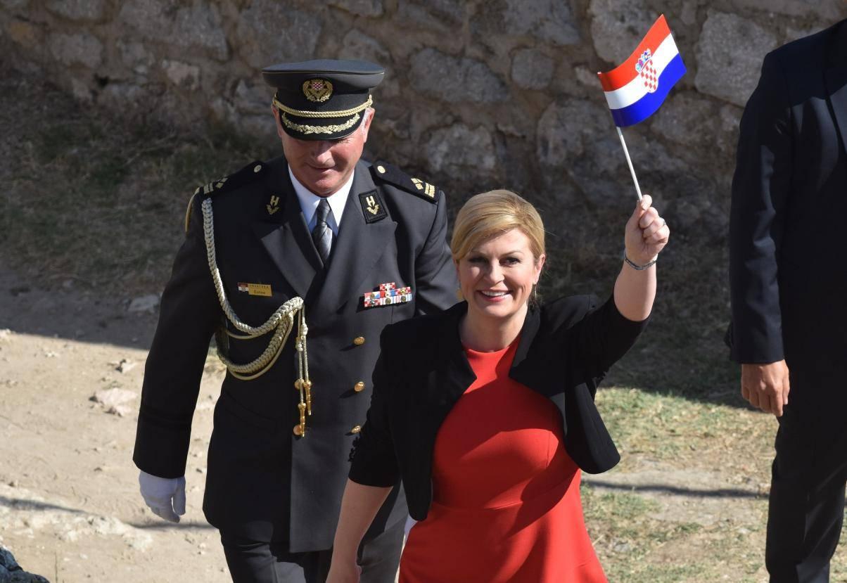 Predsjednica sa zastavom u ruci dolazi na kninsku tvrđavu povodom Dana pobjede