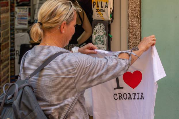 Turisti u Puli iskoristili dan za šetnju i fotografiranje grada
