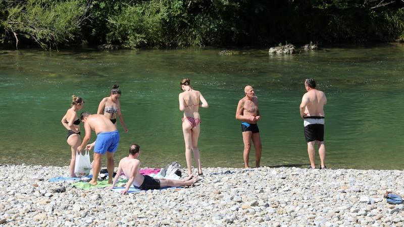 Nekima ne smeta hladna voda: Kupali su se u Kupi na tek 14°C