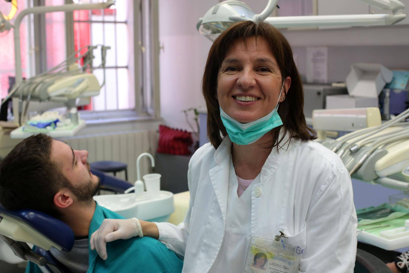 Zubarica za beskućnike svima besplatno vraća osmijeh na lica