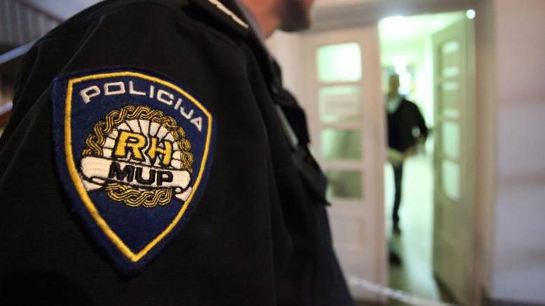 Ukrao tati odoru policajca i maltretirao goste kafića