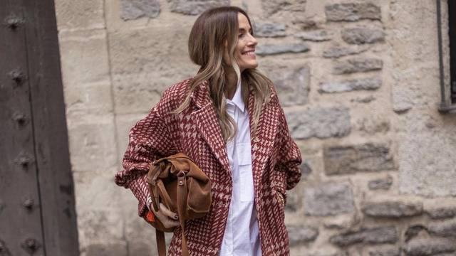 Vuneni retro sako kao jakna uz visoke čizme boje fine čokolade