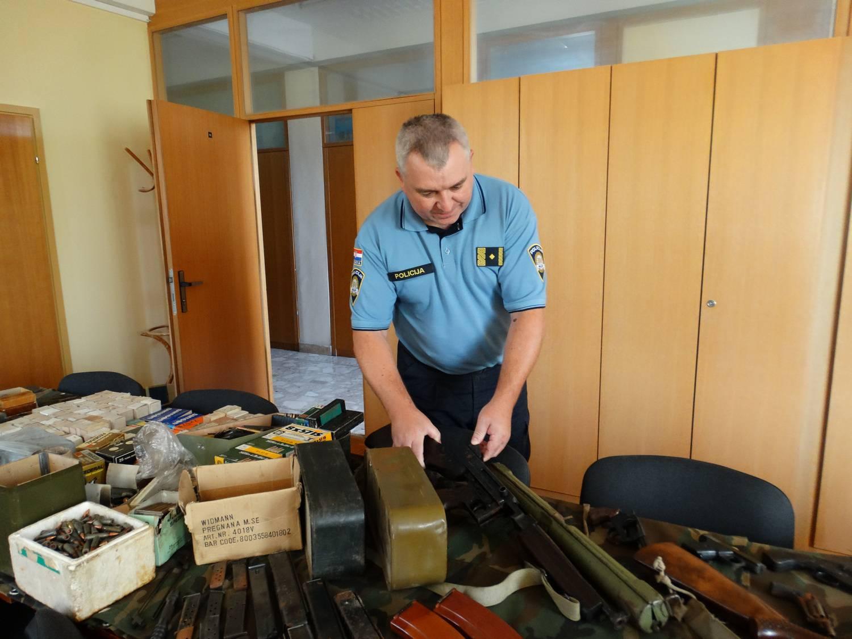 Kod muškarca (71) pronašli su pištolj. Onda su mu ušli u kuću